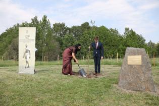 Intian suurlähettiläs Vani Rao ja Turun kaupunginhallituksen puheenjohtaja Lauri Kattelus istuttivat oman puunsa alueelle