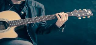 Akustisen kitaran soittaja