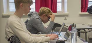 Profiilikuvassa kaksi nuorta miestä tietokoneillaan