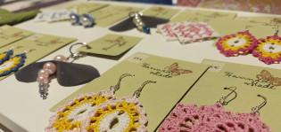 värikkäitä virkattuja korvakoruja korteissa