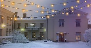 Perhetalo Heideken talvivalaistuksessa ja lumipeitteessä
