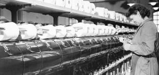 Hede-Foto: Puolauskone käyttäjineen Barkerin tehtaalla, 1950-lukua (rajattu). TMK, valokuvakokoelma