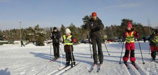 Lapset hiihtokoulussa Impivaarassa.