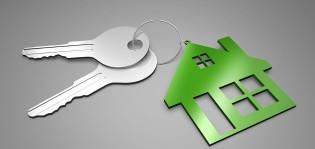 Avaimet ja talon muotoinen avaimenperä.