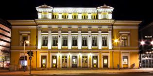 Åbo Svenska Teater yövalaistuksessa ulkoa