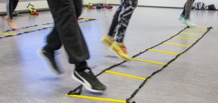 Hyppiviä jalkoja liikuntasalissa