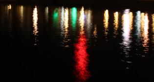 Kaupungin valot heijastuvat Aurajoesta.