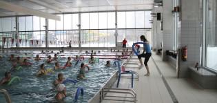 Vesijumpan ohjaaja ja jumppaajat Impivaaran uimahallissa