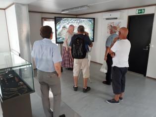Muuritutkimuksen opas ja tutkija Maria Carpelan esittelee kaivausaluetta ihmisille.
