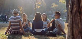 nuoret istumassa puistossa