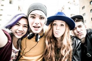Neljän nuoren ryhmäkuva