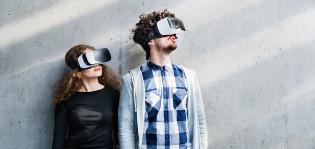 Opiskelijat VR-lasit päässä.