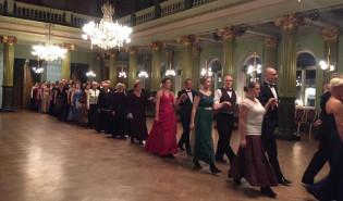 Poloneesin tanssiparit jonossa VPK:n talon juhlasalissa