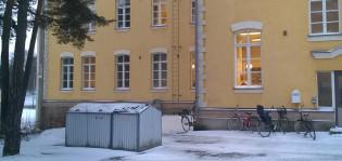 Jätepiste talon pihassa talvella