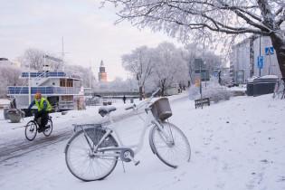 Talvipyöräilyä jokirannassa