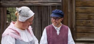 Museokeskuksen työntekijät juttelevat keskenään Luostarinmäellä