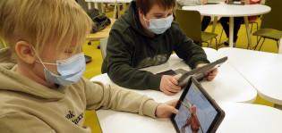 Oppilaita pelaamassa VirPa-paloturvallisuuspeliä