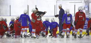 Juniorijoukkue harjoittelee Varissuon jäähallissa.