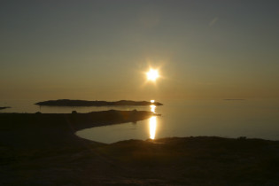 Auringonlasku merellä.