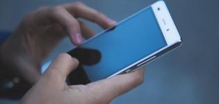 Kädet, kännykkä, älypuhelin
