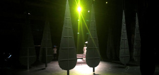 Kuvassa näkymä näyttämöltä, kaksi kulissipuuta vihreässä valossa