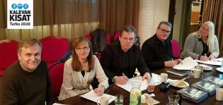 Jari Salonen, Anne Fröberg, Harri Grönlund, Henry Toivari ja Jenni Jeromaa-Alho allekirjoittamassa sopimusta.