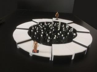 Lavasteet Sammon taonta -kohtauksesta, ympyrän sisällä ihmiset muodostavat liekin