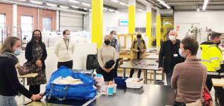 Kirsi Ailio kertoo Vihdin kunnan vieraille Tekstiilit kiertoon -toimipisteen työtoiminnasta Kanslerintiellä