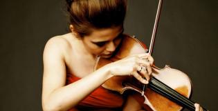 Viulisti Karen Gomyo viulun kanssa, kasvokuva