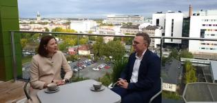 Minna Arve ja Niko Kyynäräinen Sokos Hotel Kupittaan kattoterassilla.