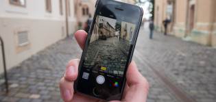 Henkilö kaupunkikierroksella kännykkä kädessä