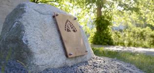 Turun kansallisenkaupunkipuiston perustamiskivi Pyhän Katariinan kirkon edessä