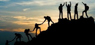 Ihmisiä kiipeää vuorelle