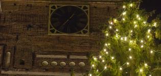Tuomiokirkon kellotorni ja valaistu joulukuusi