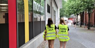Kesähelpit työssään Turun keskustassa.