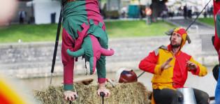 Narreiksi pukeutuneet akrobaatit Aurajokirannassa