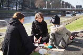 Nuoret piknikillä jokirannassa