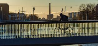 Pyöräilijä Kirjastosillalla