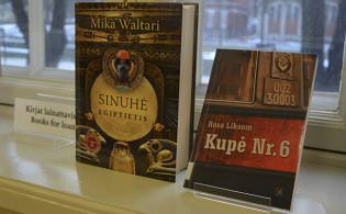 Vieraskielisiä kirjoja ikkunalaudalla Turun pääkirjastossa