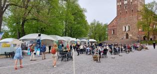 Kirkkopuiston terassialue Tuomiokirkon edustalla.