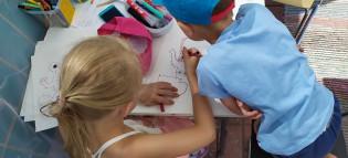Lapset piirtävät Halisissa kesällä 2020