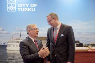 Komissaari Karmenu Vella ja kaupunginjohtaja Aleksi Randell