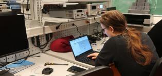 Opiskelija opinnoisssaan kannettavan tietokoneen ääressä.