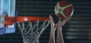 Kaksi kättä ja koripallo