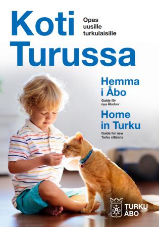 Pikku poika ja kissa viihtyvät kotona