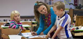 Opettaja neuvoo lasta