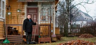 Björn Kullberg asuntonsa edessä. Taustalla häämöttää Turun linna.