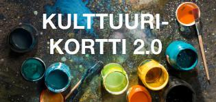 Kulttuurikortti 2.0 -teksti, avoinaisia maalipurkkeja ja siveltimiä, väriläiskiä