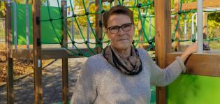 Kuvassa rehtori Elise Kurtén lasten leikkipaikalla