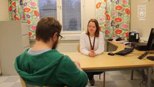 Asumisneuvoja Mirka Järvinen ja asiakas